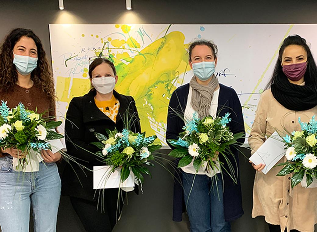 Robos ehrt Mitarbeiterinnen für langjährige Betriebszugehörigkeit mit Blumensträußen