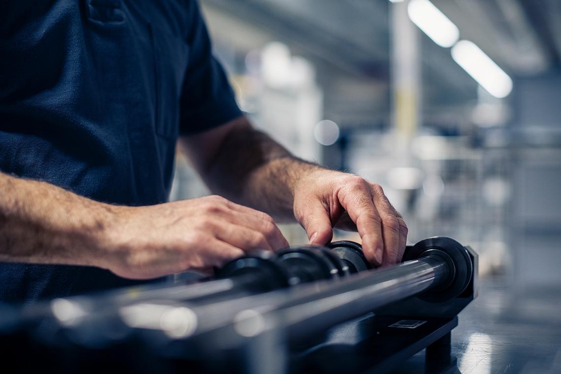 mitarbeiter-bei-einstellung-von-schneidemessern